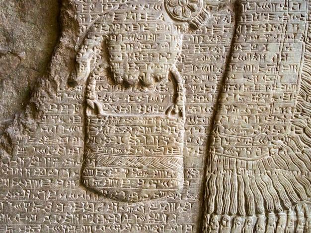 Oud assyrisch stenen reliëffragment bedekt met spijkerschrift uit het beroemde pergamonmuseum in berlijn
