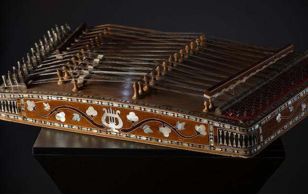 Oud aziatisch snaarinstrument op zwarte achtergrond met achtergrondverlichting