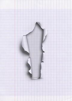Oud bekleed gescheurd papier met gat