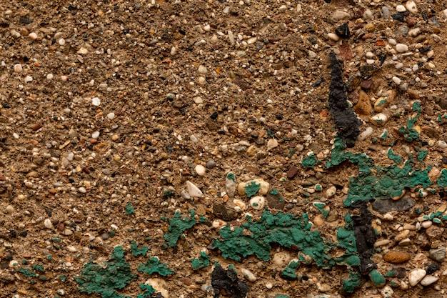 Oud beton met rotsen en verf