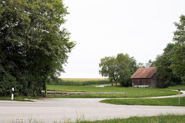 Oud blokhuis dichtbij het veld in europa