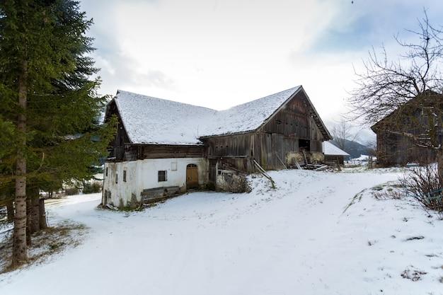Oud blokhuis in bos bij oostenrijkse alpen