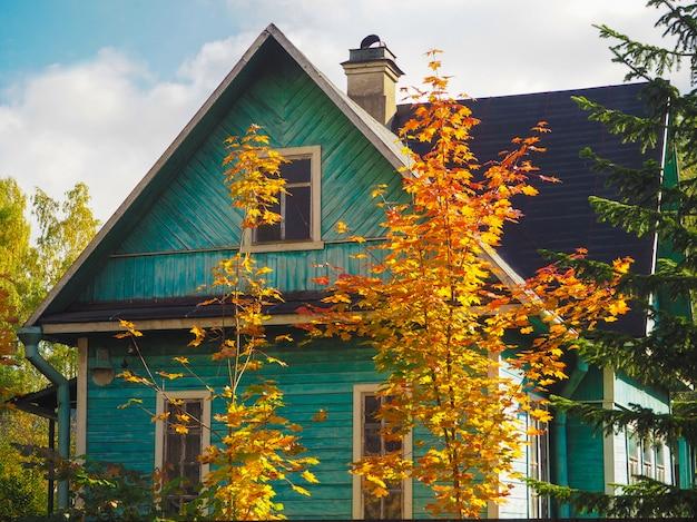 Oud blokhuis in de herfst.