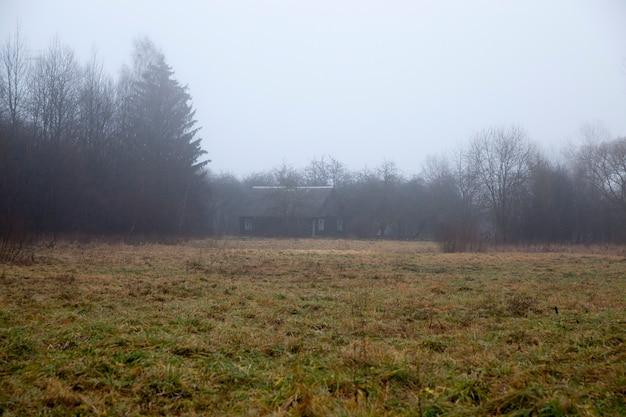 Oud blokhuis in het bos in het de herfstseizoen