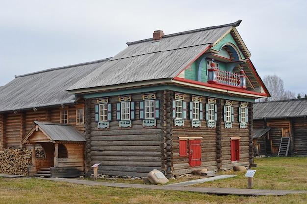Oud blokhuis in russisch dorpsdorp van semyonkovo, vologda, rusland Premium Foto