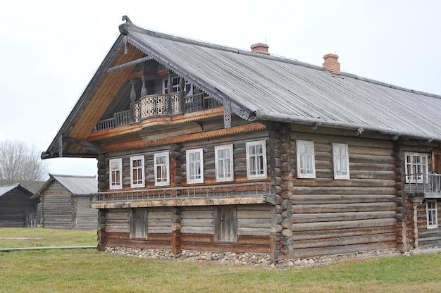 Oud blokhuis in russisch dorpsdorp van semyonkovo, vologda, rusland