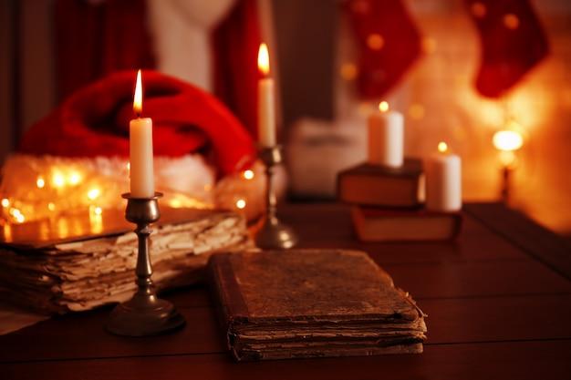 Oud boek en kaars op houten tafel