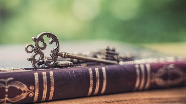 Oud boek en sleutel