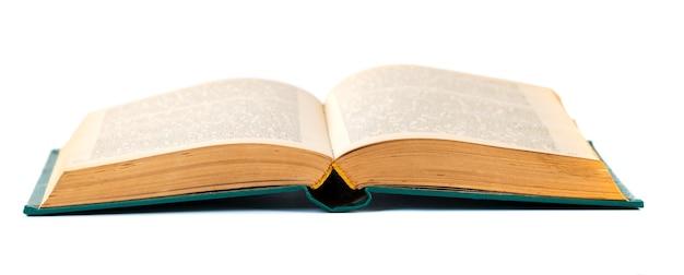 Oud boek geopend dat op een wit wordt geïsoleerd.