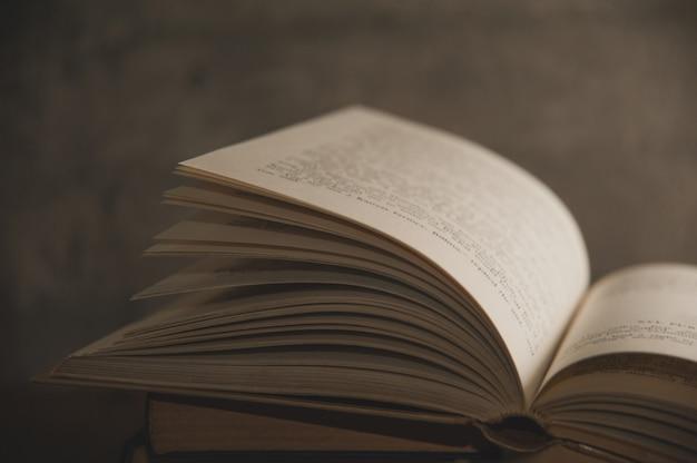 Oud boek geopend - gele pagina's op een grijze achtergrond
