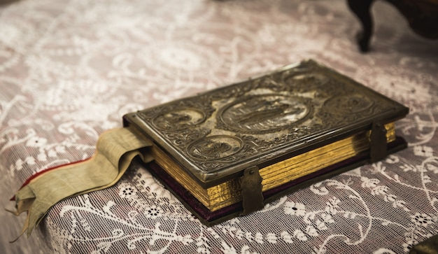 Oud boek met metalen sluiting in museum