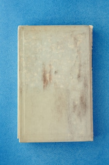 Oud boek op een blauwe achtergrond. plaats voor inschrijving
