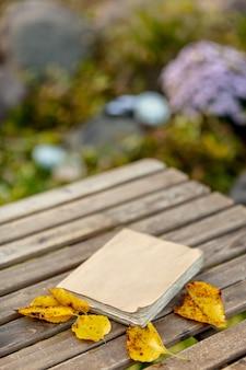 Oud boek op een tafel in de tuin in de herfst
