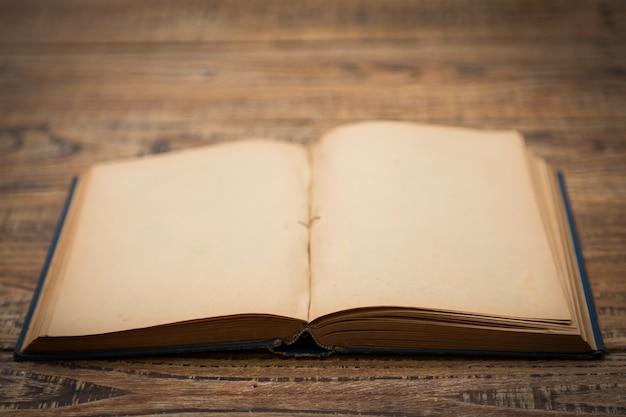 Oud boek open op een houten tafel