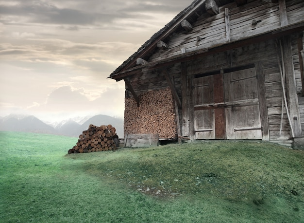 Oud chalet in de natuur