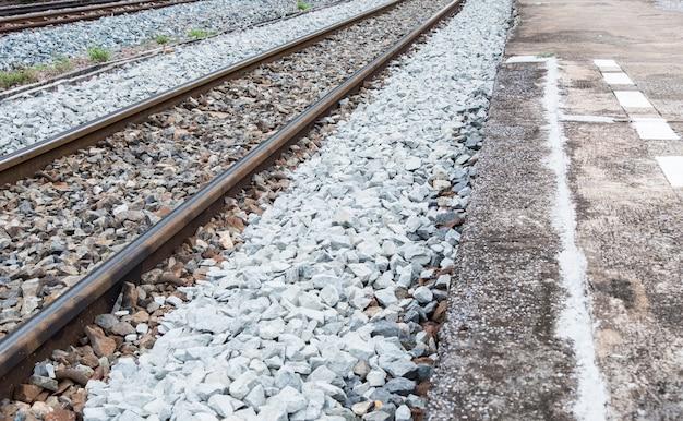 Oud concreet platform met de witte lijn.