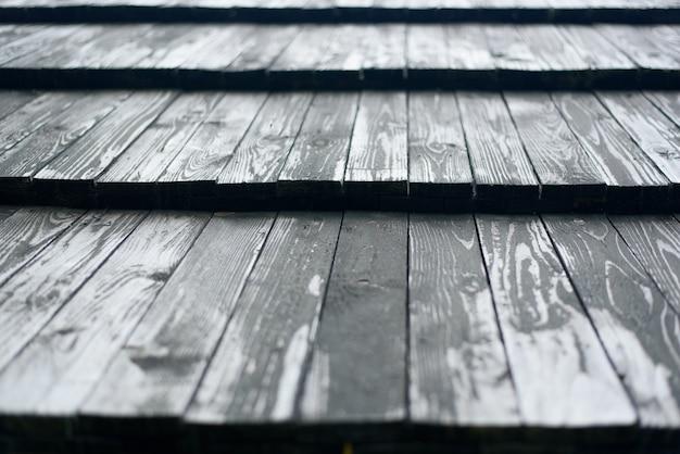 Oud dak gemaakt van grijze houten planken. detailopname