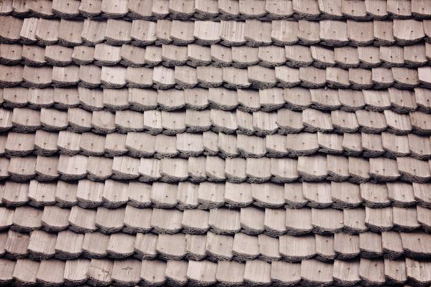 Oud dak met houten dakspanen. textuur. detailopname