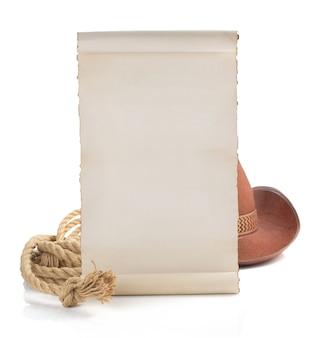 Oud document en cowboyhoed die op witte achtergrond wordt geïsoleerd