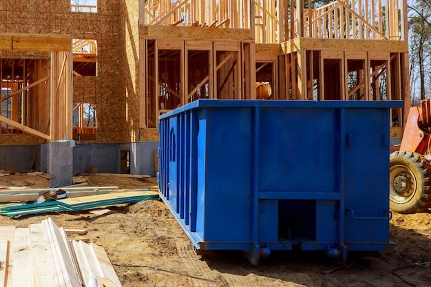 Oud en gebruikt bouwmateriaal in de nieuwe bouwconstructiewerkplaats.