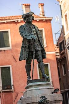 Oud en oud standbeeld in venetië in italië tijdens een zonnige dag