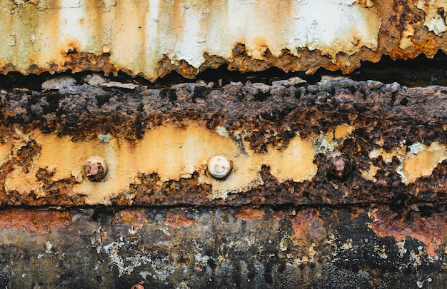 Oud en roestig beschadigd metaal / grunge textuur van oude trein, afgezwakt kleur.