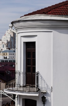 Oud europees gebouw met een dak en een open balkon. architectuur