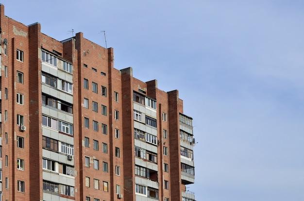 Oud flatgebouw met meerdere verdiepingen in een slecht ontwikkeld gebied van de oekraïne of rusland