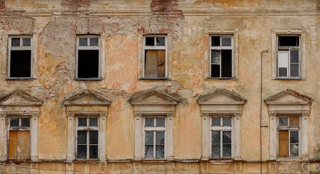 Oud flatgebouw zonder ramen