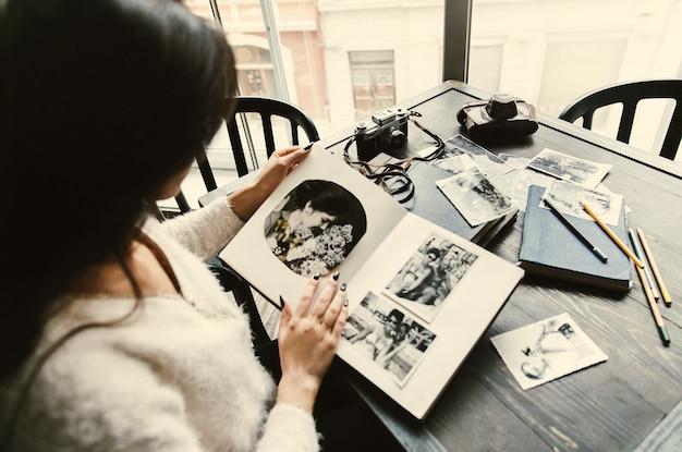 Oud fotoalbum in de armen van de tedere vrouw van yong