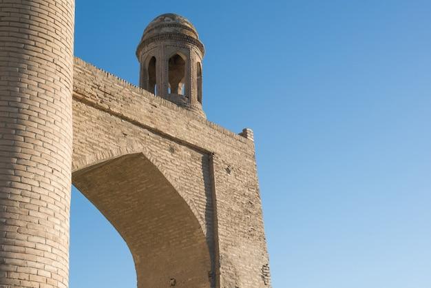 Oud gebouw met boog en koepel. de oude gebouwen van middeleeuws azië. buchara, oezbekistan