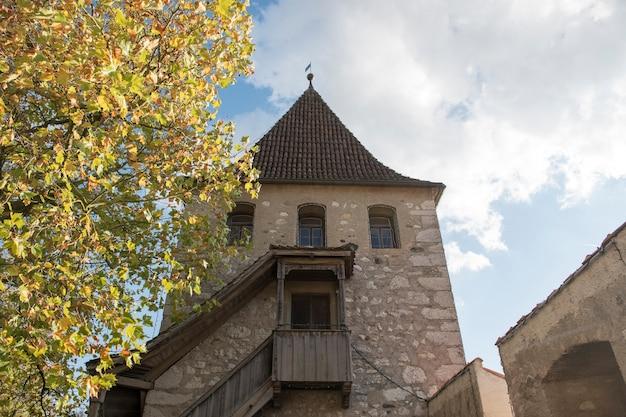 Oud gebouw op blauwe hemel dichtbij rheinfall - de grootste waterval in europa.