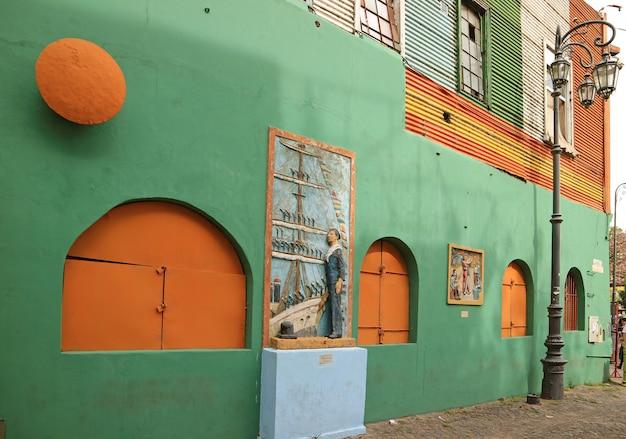 Oud gebouw op caminito alley van de wijk la boca, buenos aires, argentinië