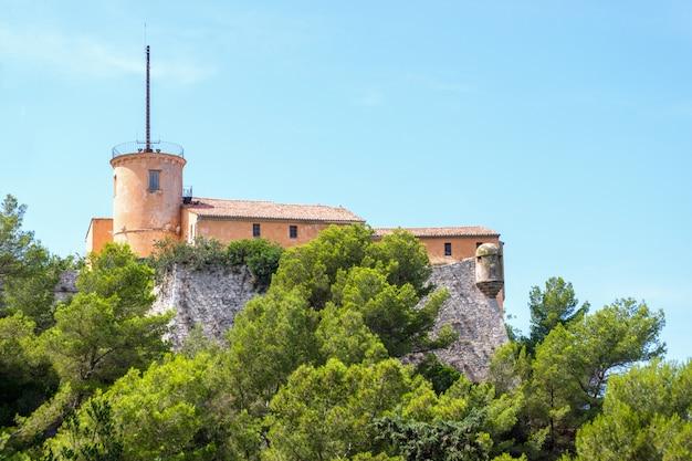 Oud gebouw op de top van het eiland