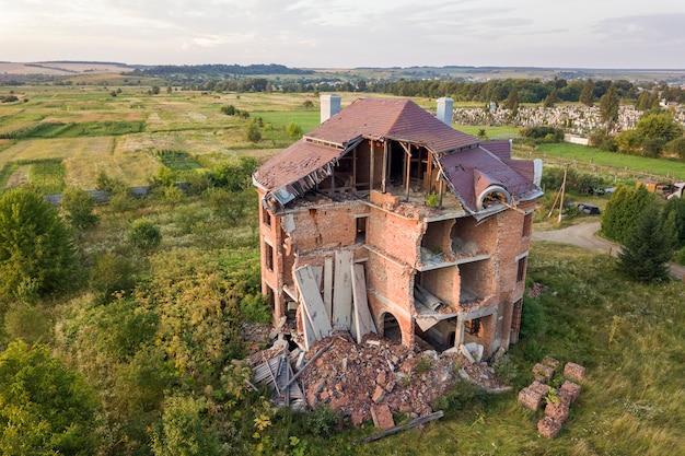 Oud geruïneerd gebouw na aardbeving. een ingestort bakstenen huis.