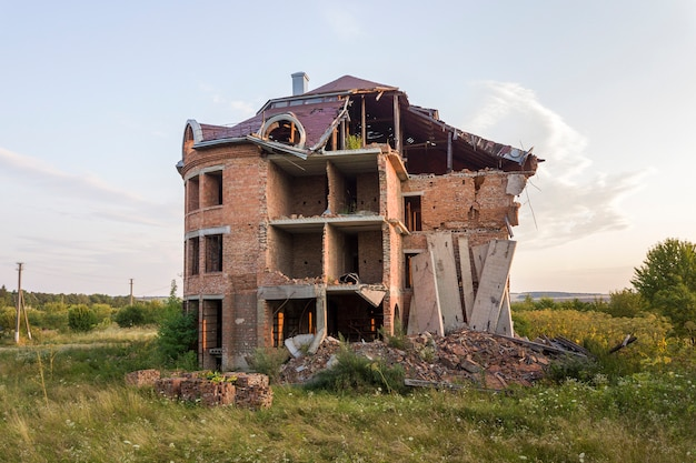 Oud geruïneerd gebouw na aardbeving