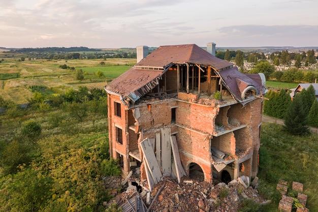 Oud geruïneerd gebouw na aardbeving.