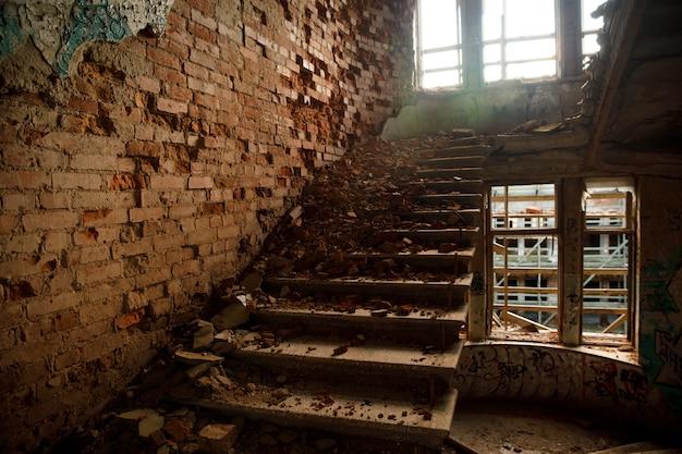 Oud geruïneerd woongebouw. noodhuisvesting