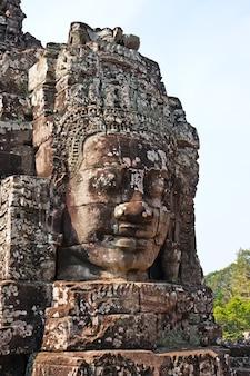 Oud gesneden gezicht in angkor wat cambodja
