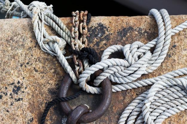 Oud gevlochten touw van een zeeboot. meerknoop