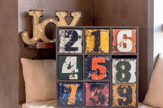 Oud grappig decoratief dressoir met cijfers. interessante antieke houten geschilderde kist.