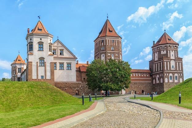 Oud hersteld kasteel in de stad mir