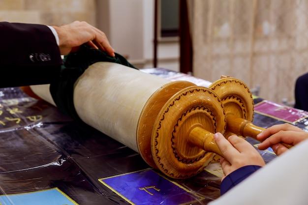 Oud het boek dicht omhooggaand detail van de torahsjol