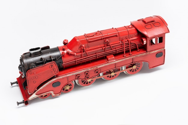 Oud het tinstuk speelgoed van de treinmachine dat op wit wordt geïsoleerd
