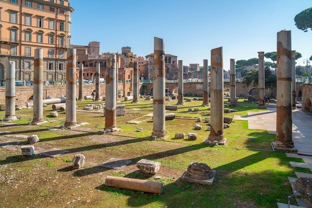 Oud historisch traian forum met kolomruïnes in rome.