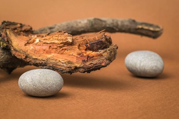 Oud hout en stenen op een bruine achtergrond. het concept van sereniteit.