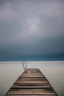 Oud houten dok in de zomer stormachtig weer
