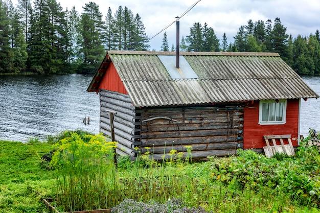 Oud houten huis aan de rivier. prachtig landschap.