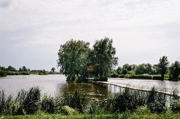 Oud houten huis op een eiland midden in een meer