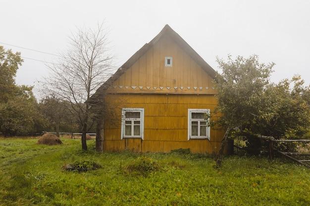 Oud houten huis op het platteland in oost-europa